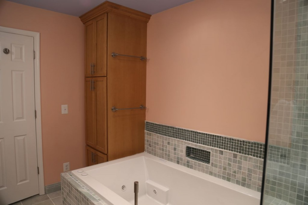 Wall cabinet next to the tub